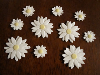 Close up of the fondant daisies.