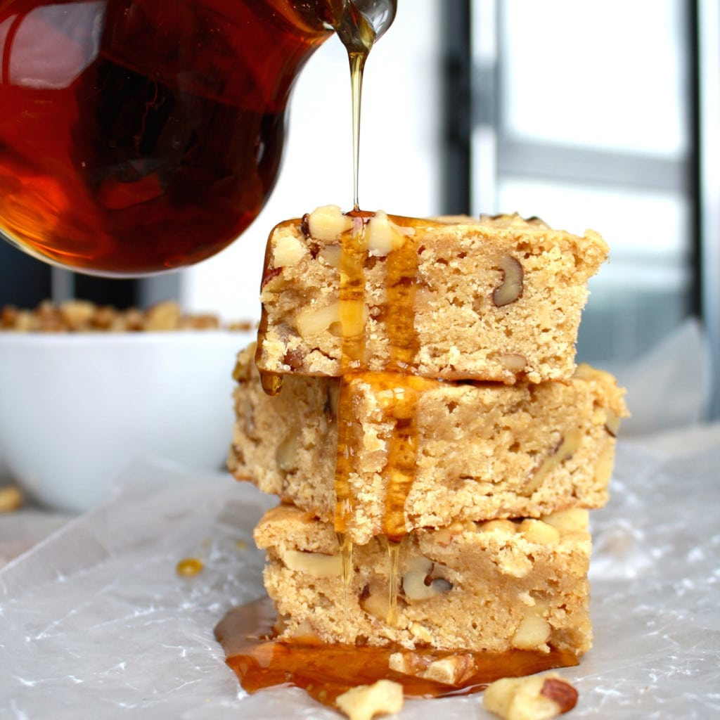 Easy one bowl Maple walnut bars. Maple syrup and walnuts kick these blondies up a few notches. | livforcake.com