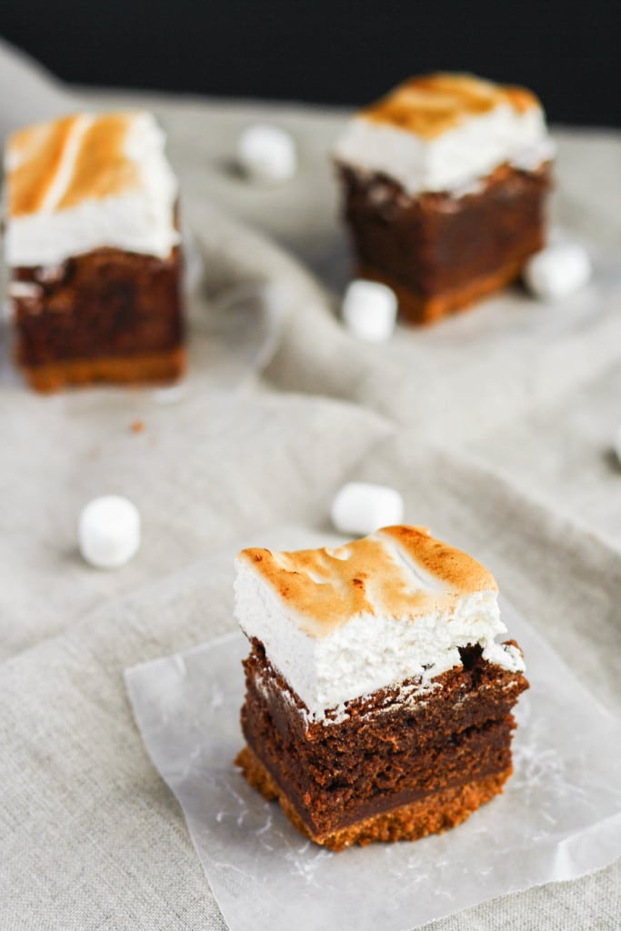 A rich chocolate brownie, graham cracker crust, and gooey toasted marshmallow... these s'mores brownies are even better than the real thing. | livforcake.com