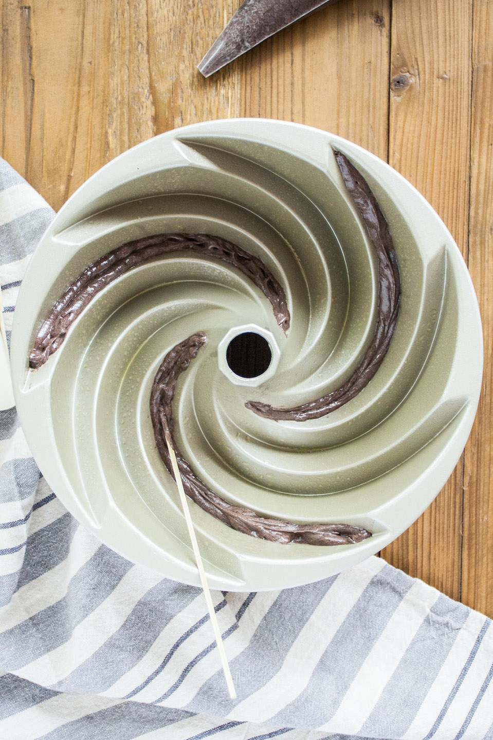 Learn how to do two-toned spirals in the Heritage bundt pan with this detailed tutorial.   livforcake.com