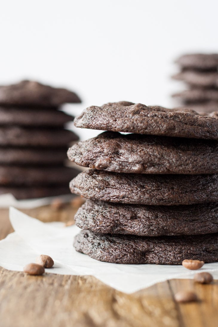 These Dark Chocolate Espresso Cookies have a rich chocolate flavour that's enhanced with espresso powder. | livforcake.com