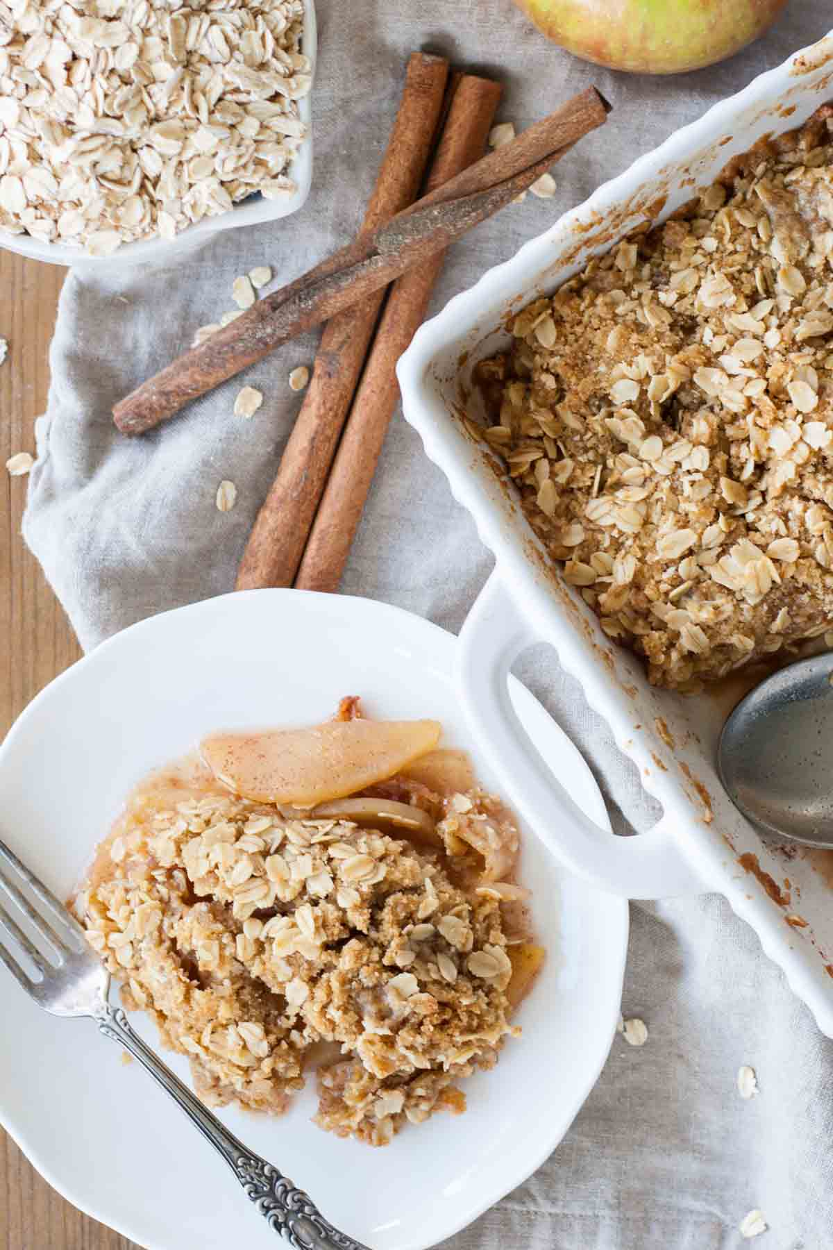 Apple Crisp - Cinnamon spiced apples baked with a delicious oat crumble topping. | livforcake.com