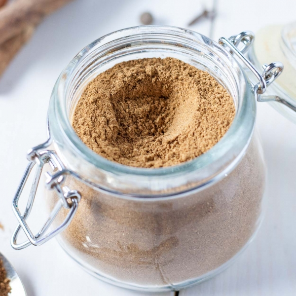Quick and easy homemade gingerbread spice mix. The perfect addition to your holiday baking and beverages! | livforcake.com