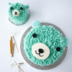 This super cute bear cake is perfect for a little one's birthday! The cake and frosting recipes are simple and the technique is actually really easy to do! | livforcake.com