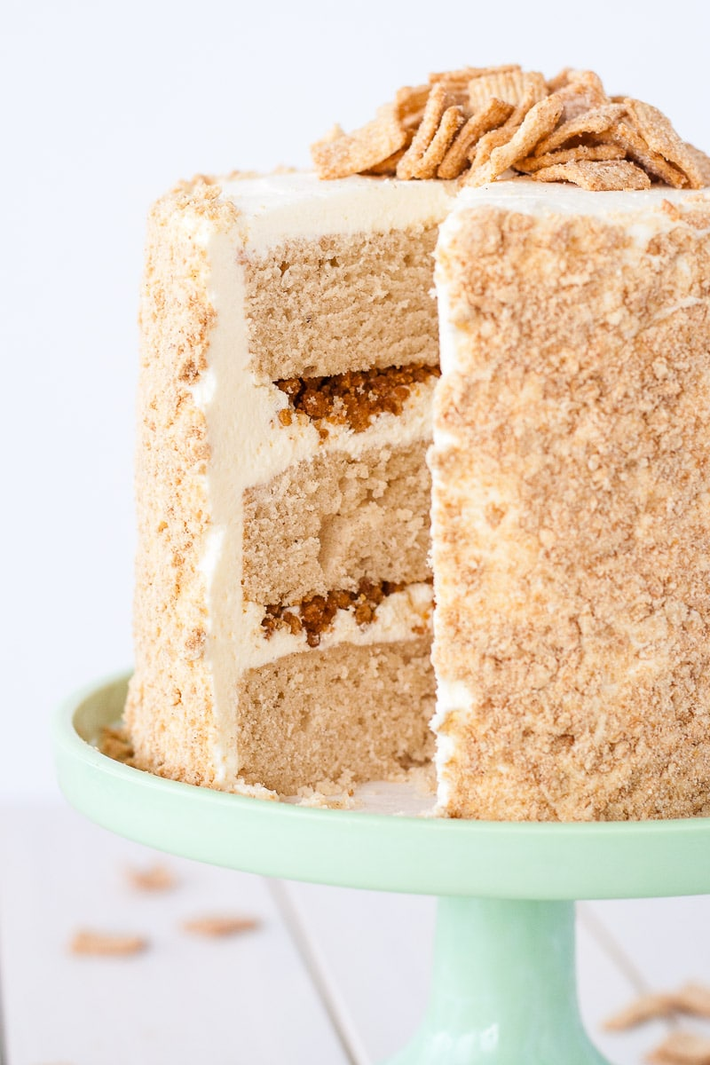 Your favorite cereal in cake form! Cinnamon cake, cream cheese frosting, and Cinnamon Toast Crunch crumble. | livforcake.com