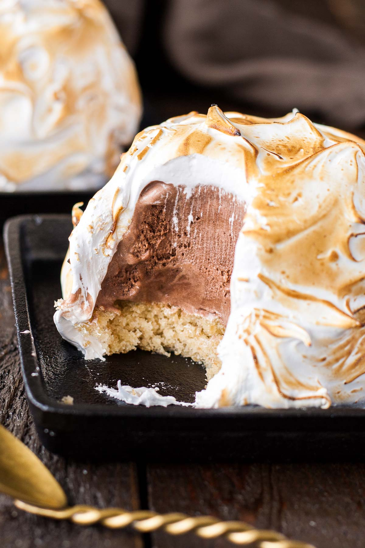 A modern day version of an old classic. This S'mores Baked Alaska combines a fun retro dessert with your favourite campfire treat. | livforcake.com