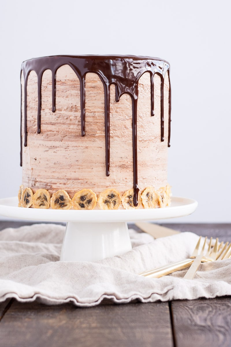 Layers of fluffy banana cake, silky Nutella buttercream, and crunchy hazelnut meringue. | livforcake.com
