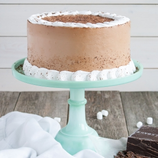 This Hot Chocolate Cake takes all of the elements of a favorite winter beverage and transforms them into a delicious cake! | livforcake.com