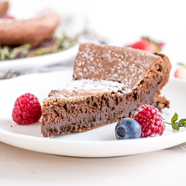 This flourless chocolate espresso cake with a crispy top crust and a rich fudgey interior is a chocolate lover's dream! | livforcake.com
