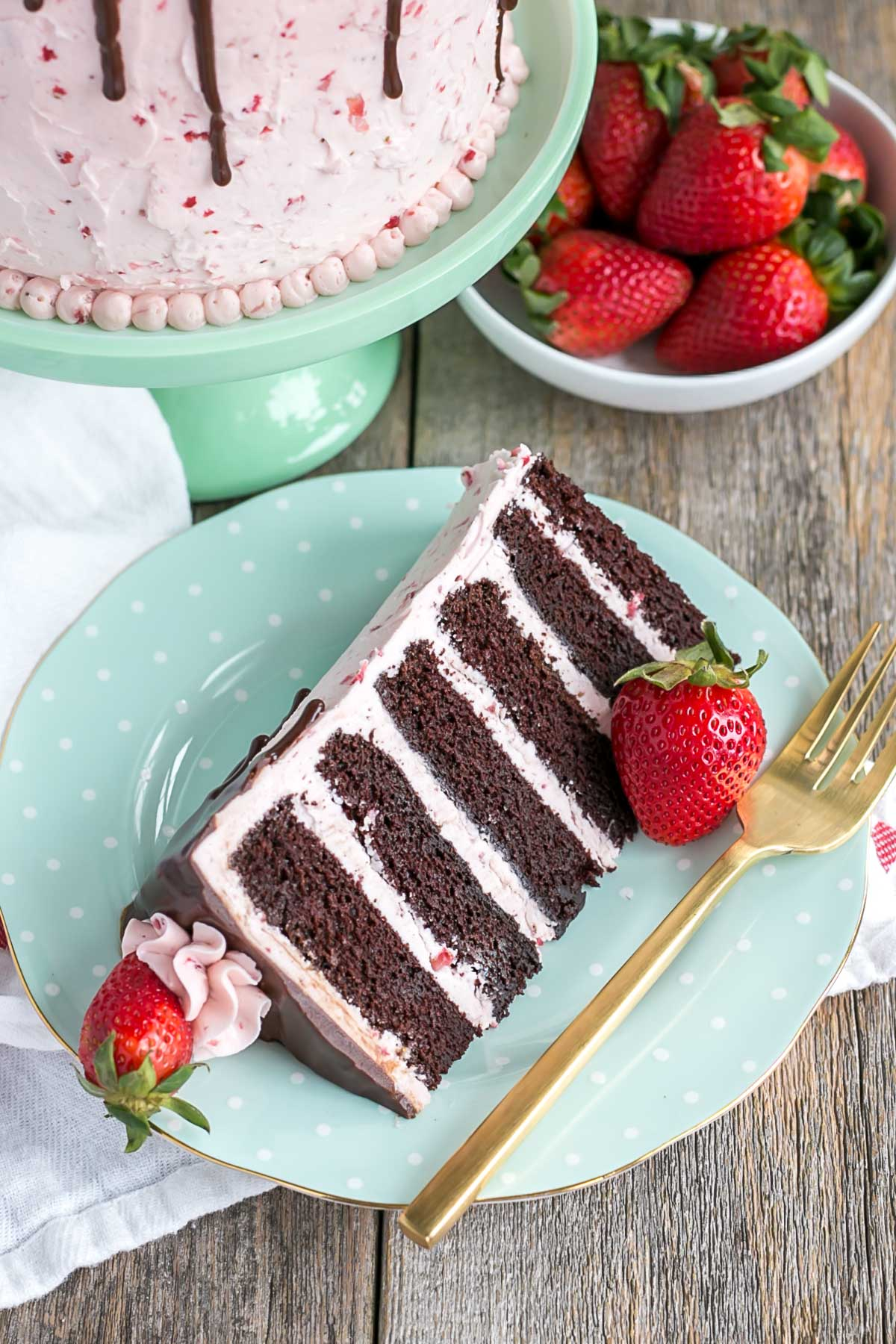 Take chocolate dipped strawberries to the next level with this dreamy Chocolate Strawberry Cake! | livforcake.com