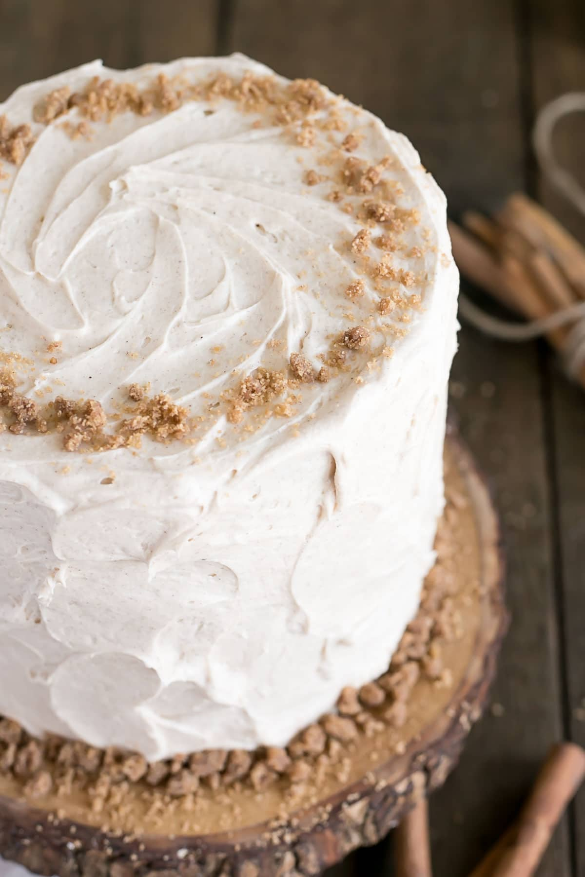 This spice cake is the ultimate comfort food. Paired with cinnamon cream cheese frosting and cinnamon streusel for some crunch. | livforcake.com