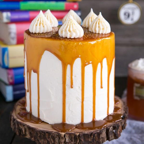 Harry Potter fans, this Butterbeer Cake is for you! Butterscotch, cream soda, and marshmallow all in one spellbinding dessert. | livforcake.com