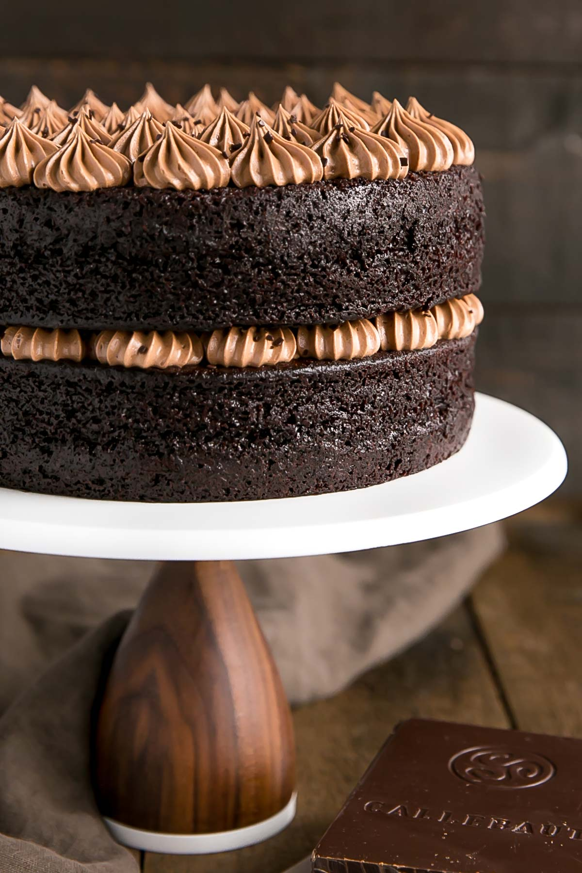 This French Silk Pie Cake is the dessert of your dreams!! Incredibly moist chocolate cake layers topped with an unbelievably silky chocolate frosting. | livforcake.com