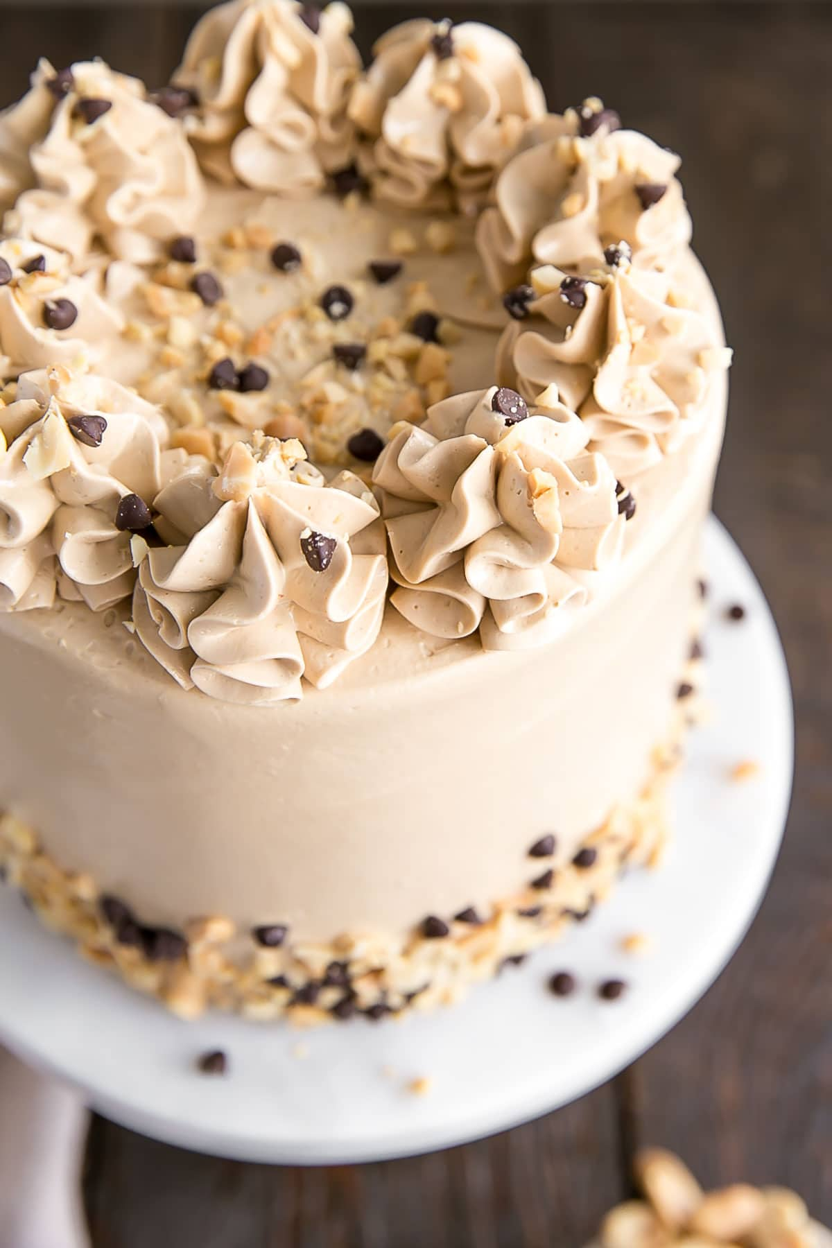 This Banana Chocolate Chip cake is paired with the most amazing peanut butter frosting you will ever have! It's a truly delicious flavour combination and a new favourite. | livforcake.com
