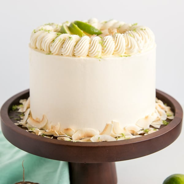 This Lime & Coconut Cake evokes the very best of those tropical island flavours. Tender coconut lime cake layers with a tangy lime curd and silky coconut buttercream. | livforcake.com