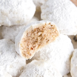 These Mexican Wedding Cookies (also known as Snowball Cookies or Russian Tea Cakes) are buttery, melt-in-your-mouth delicious! Pecan cookies with a hint of cinnamon dusted with powdered sugar. | livforcake.com